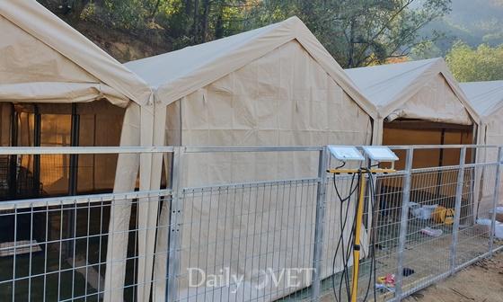 후원자들이 보내온 텐트로 마련된 수술공간