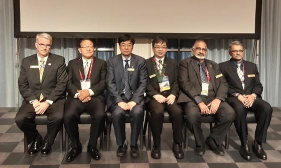 FASAVA 2019 폐막식에서 전, 현직 FASAVA 회장단과 이시다 타쿠오 조직위원장(왼쪽 두 번째)