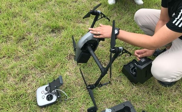 드론에 카메라를 결합하는 모습