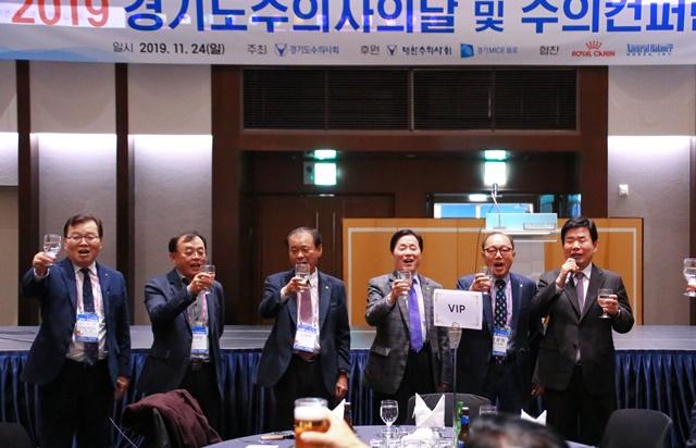 왼쪽부터) 허주형 회장, 양은범 회장, 김중배 회장, 김옥경 회장, 이성식 회장, 김진표 국회의원