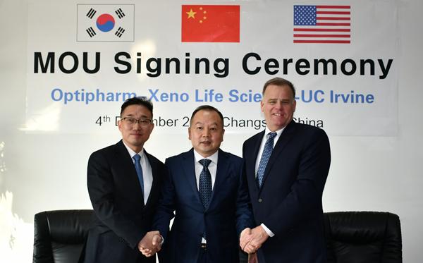 (왼쪽부터) 한성준 대표, 리우 빈 회장, 래키 교수 (사진 : 옵티팜)