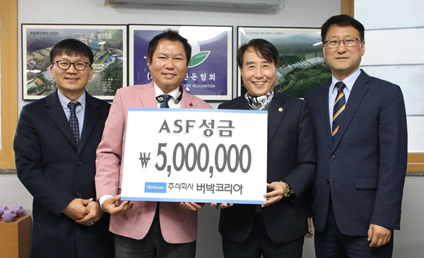 (왼쪽부터) 버박코리아 서흔수 상무, 신창섭 대표, 한돈협회 하태식 회장, 최성현 전무