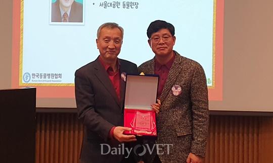 왼쪽부터) 신남식 교수와 이병렬 KAHA 수석부회장