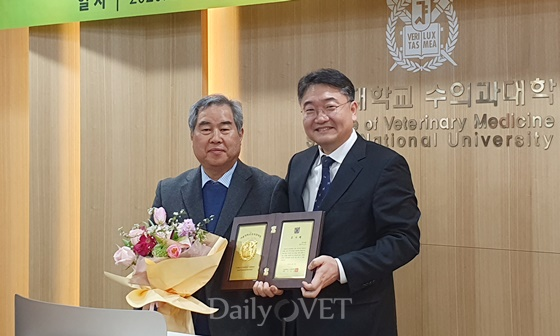 왼쪽부터) 박상오 회장과 서강문 학장