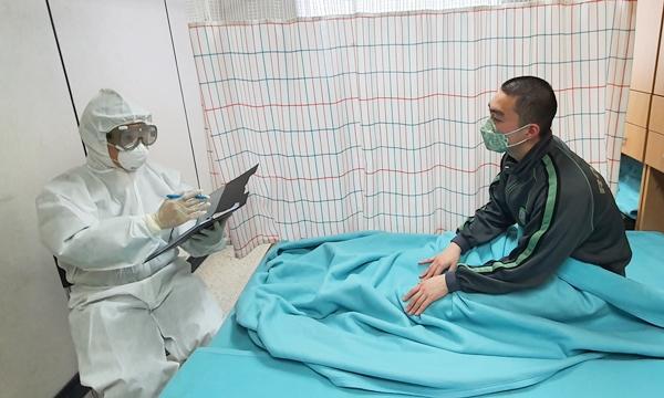 역학조사관 박창보 중령(수의병과)이 확진자와 접촉한 장병을 조사하는 모습 (사진 : 육군 수의병과)