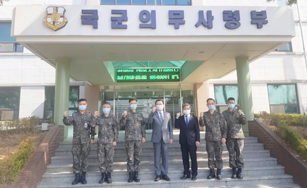 허주형 대한수의사회장(가운데)가 18일 국군의무사령부를 예방해 의무병과의 코로나19 대응을 격려했다. (사진 : 육군 수의병과)
