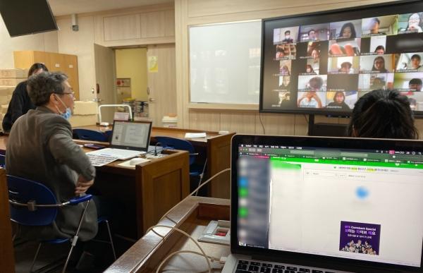 교수와 학생들이 실시간 온라인 강의로 소통할 수 있다